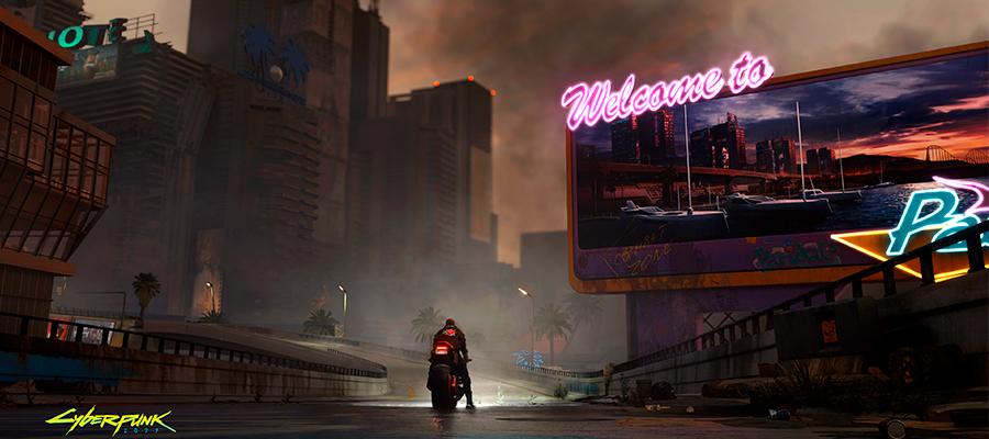 """Cena do jogo Cyberpunk 2077 - Personagem pilotando uma moto, prestes a entrar na cidade. À direita, outdoor com a palavra """"Welcome to"""" em neon rosa"""